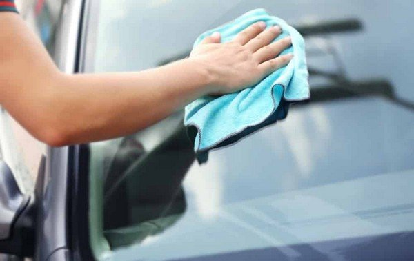 cleaning car window with homade mixutre