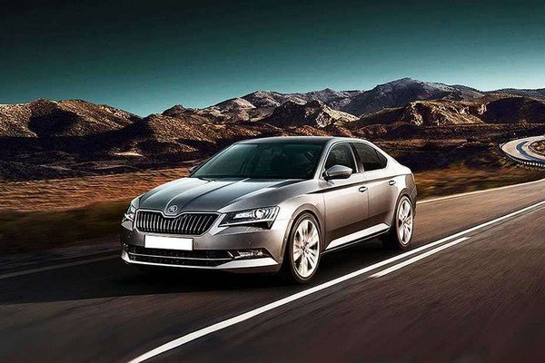 Skoda Superb 2018 running on road
