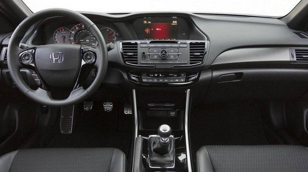 Honda Accord 2018's front cabin, behind-the-wheel view