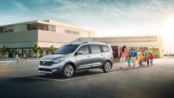 Renault Lodgy with a family city background