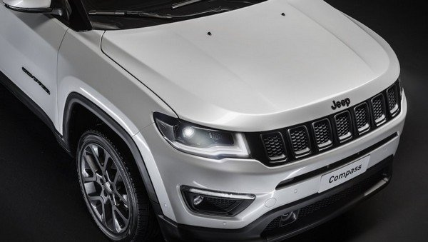 Jeep Compass S bonet from left to right