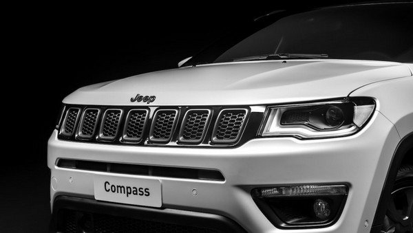 Jeep Compass S bonet from right to left