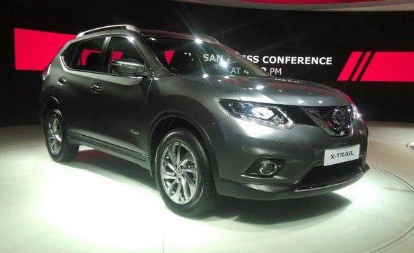 Third-gen Nissan X-Trail black left angular