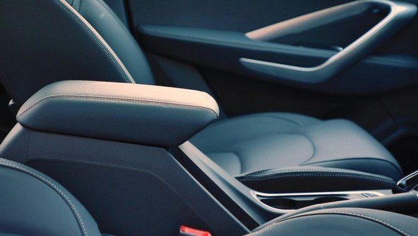 2019 mg hector interior front armrest