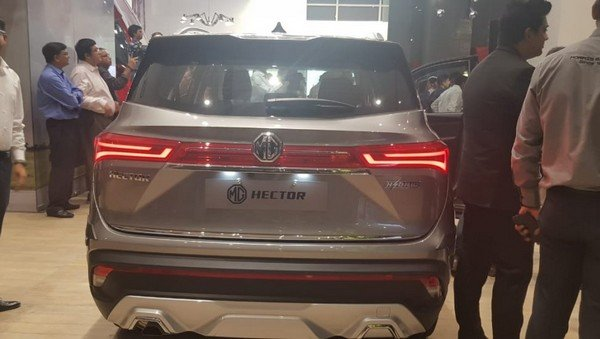 mg hector silver rear angle
