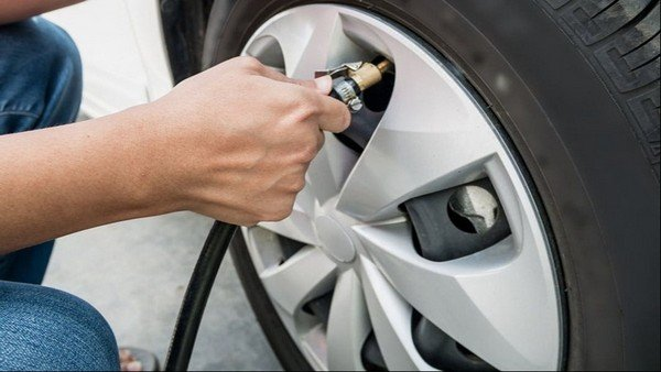 hand pumping car tyre