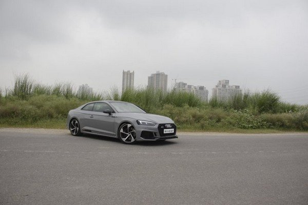 audi rs5 grey colour side view