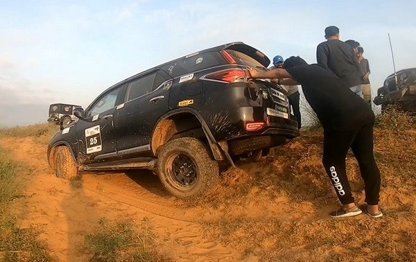 toyota fortuner stuck on dune rear angle