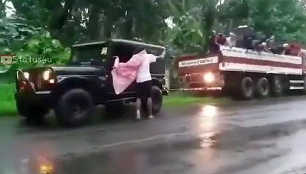 mahindra thar rescuing a truck