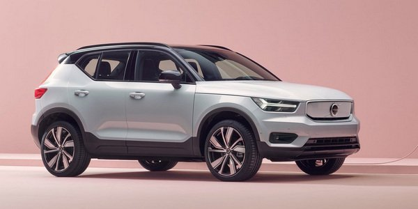 Front side angle view of the Volvo XC40