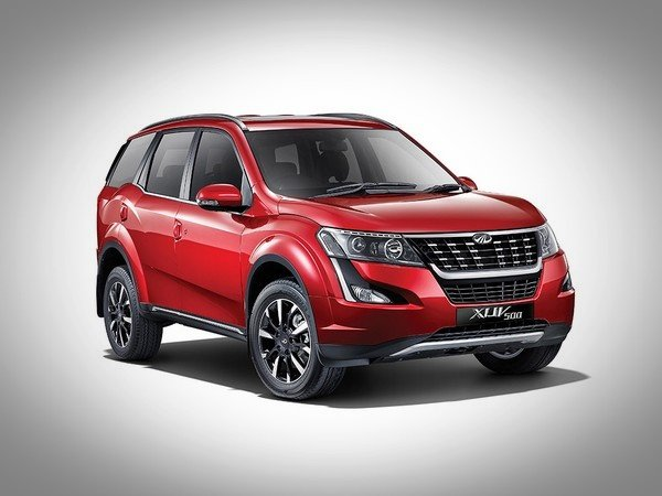 2018 mahindra xuv500 red front three quarters