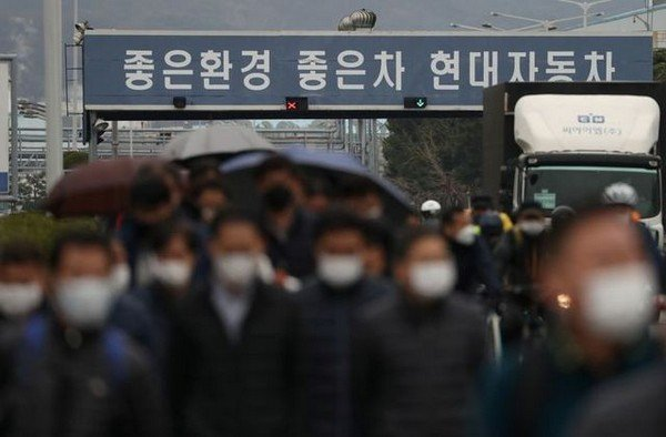 hyundai motor workers wearing mask