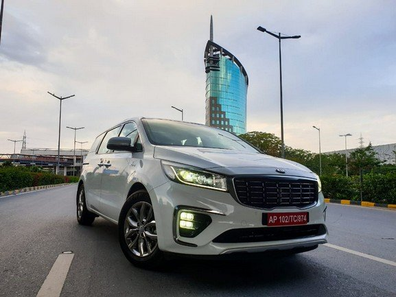 Check Out Kia Carnival Flying to 140 kmph