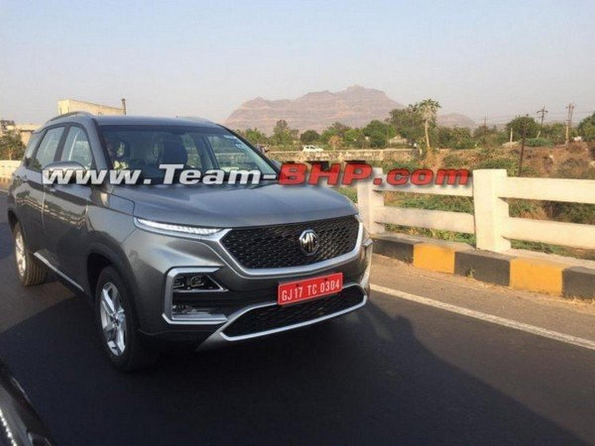 mg hector metallic silver front side angle