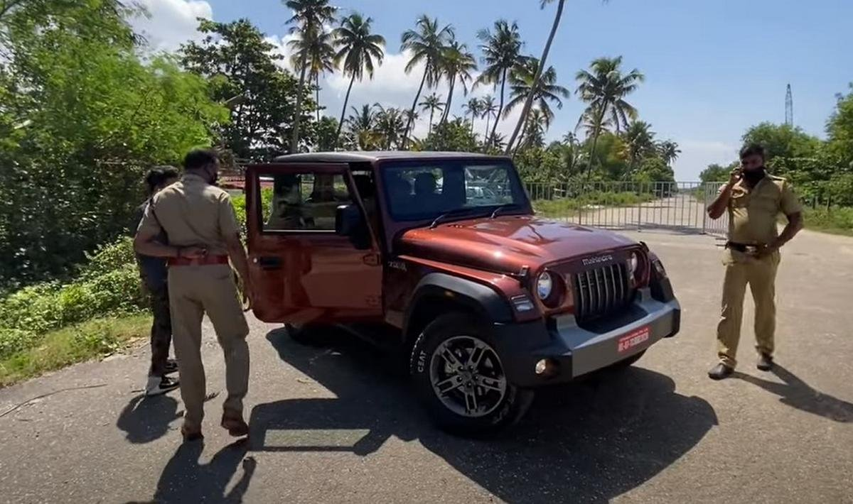 mahindra thar stopped by cops image