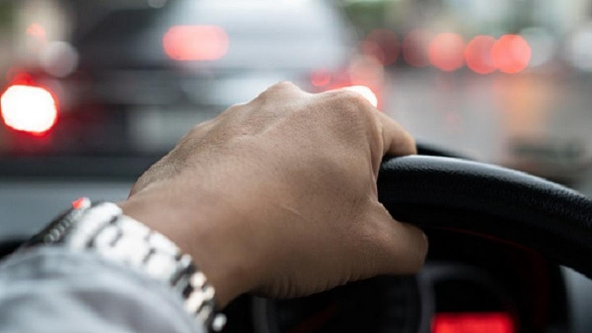 Getting driving license in maharashtra - hand holding steering wheel
