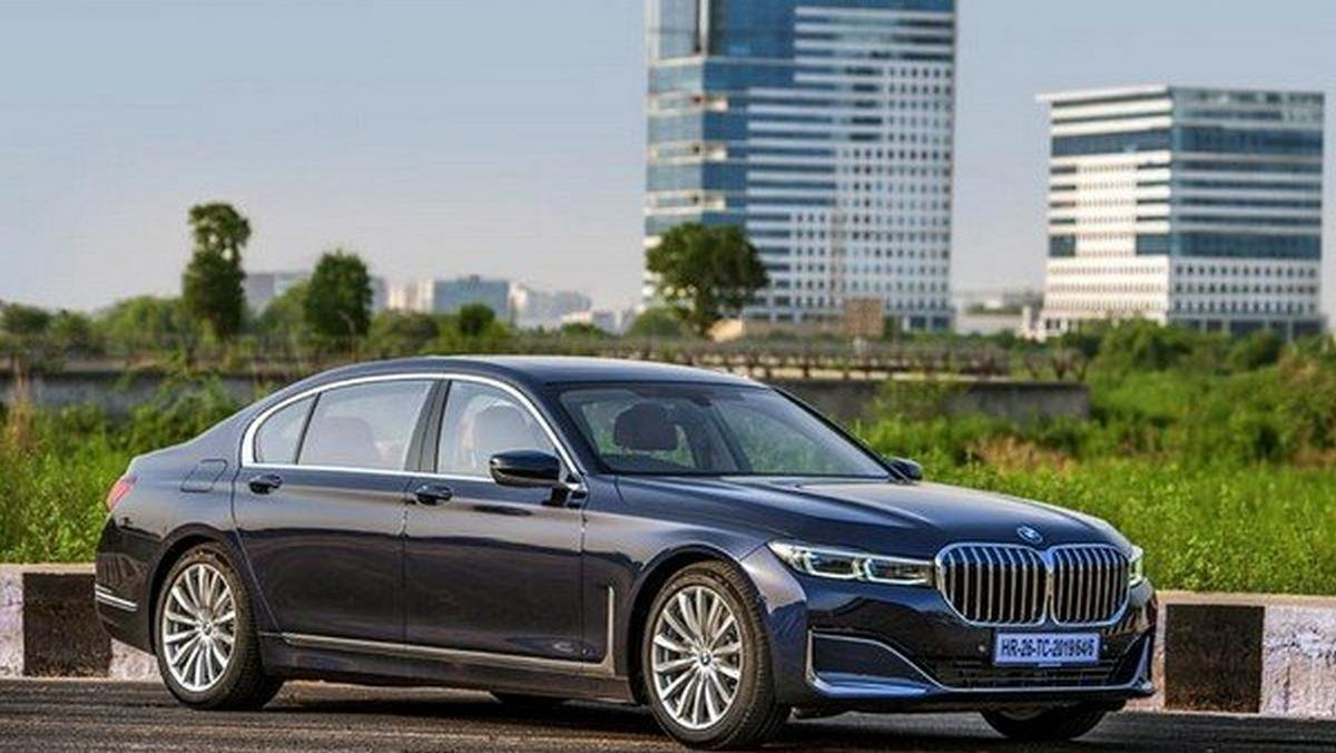 2019 bmw 7 series blue front angle