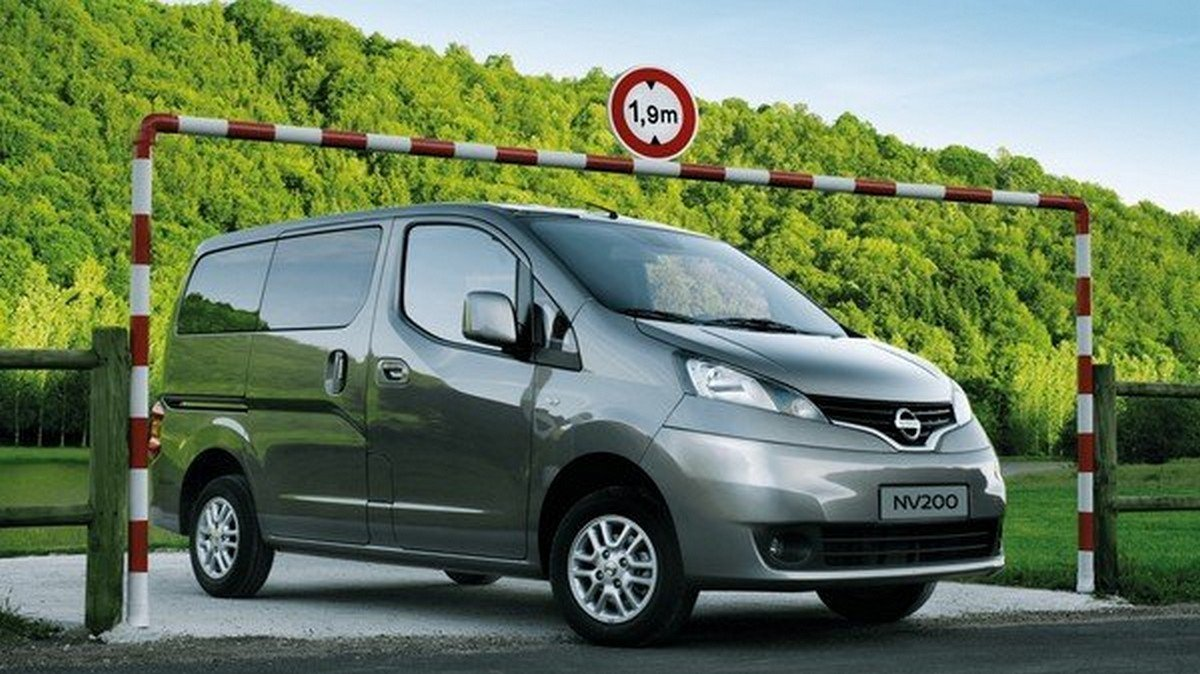 Nissan Evalia with a roof rack attached in its head