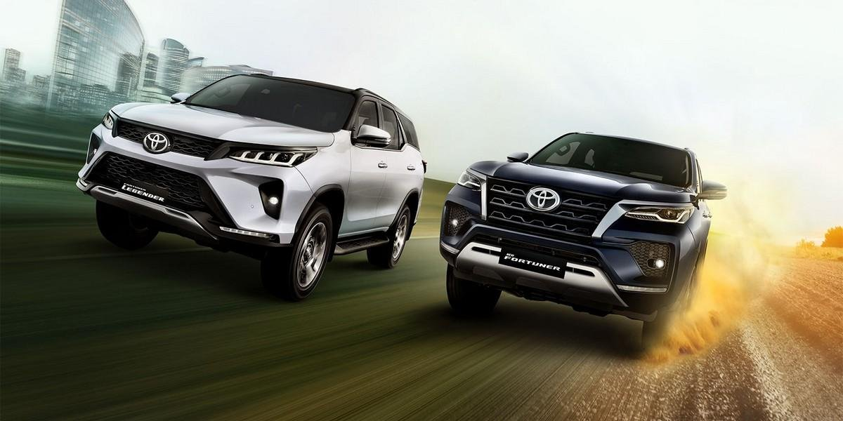 2021-toyota-fortuner-front-end-regular-vs-legender on road