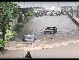 Jaguar Stuck In Floods While A Bolero Races Past It [VIDEO]