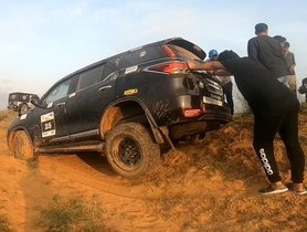 Toyota Fortuner Stuck On A Dune, Rescued By Mahindra Thar