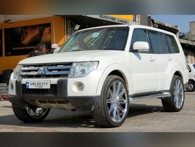 Mitsubishi Montero Rides On Flashy 24-inchers, Looks Out of Place