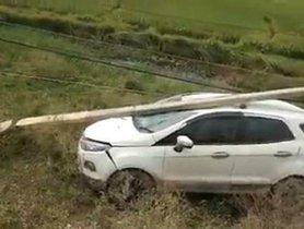 Massive Electric Pole Falls over Ford EcoSport (NCAP NA), All Safe