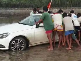 Mercedes-Benz E-Class Faced The Threat Of Being Submerged On The Beach