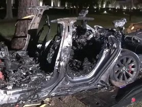 Tesla Model S Crashes Into Tree on Autopilot Mode, No One Was Driving It